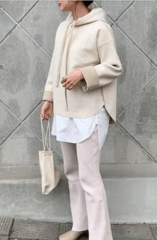 ショート丈の白のパーカー×ロングカットソー×フレアパンツ