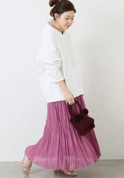 オーバーサイズの白パーカー×プリーツスカート×サンダル