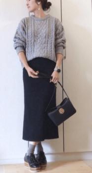 ライトグレーニット×黒のロングタイトスカート×厚底ブーツ