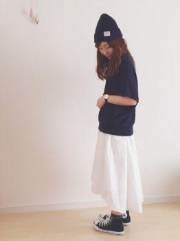 ハイカットのスニーカー×黒のカットソー×白のスカート×ニット帽