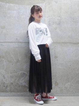黒のチュールスカート×Tシャツ×スニーカー