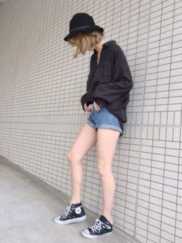 デニムショートパンツ×ハット×スニーカー×黒のシャツのレディースのコーデ