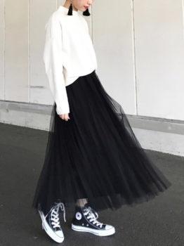 黒のチュールスカート×セーター×スニーカー