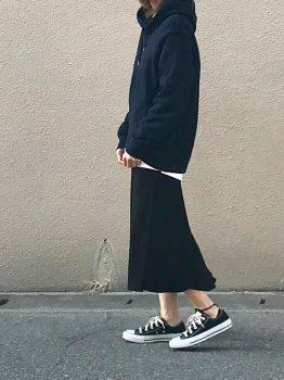 ネイビーのパーカー×Tシャツ×スカート×スニーカー