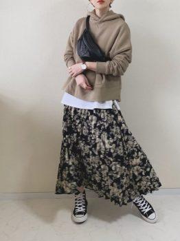 黒のスニーカー×Tシャツ×パーカー×スカート