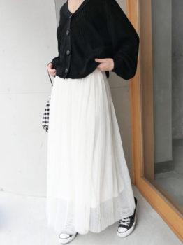 白のチュールスカート×カーディガン×スニーカー