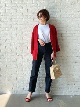 赤のカーディガン×シャツ×デニムパンツ×サンダル