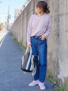 ピンクのスニーカー×Tシャツ×デニムパンツ