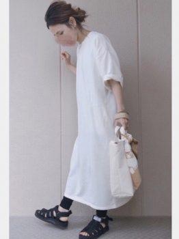 白のTシャツワンピ×黒レギンスの夏のマタニティコーデ
