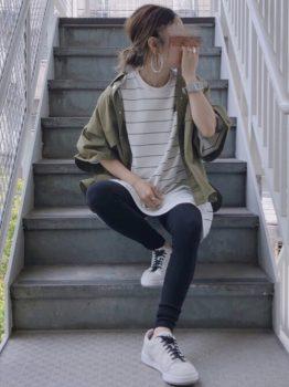 ボーダーTシャツ×カーキの半袖パーカー×レギンスパンツの夏のマタニティコーデ