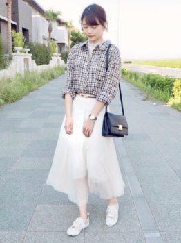 白のチュールスカート×ブラウス×シャツ×スニーカー