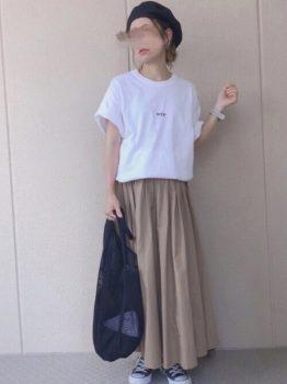 白のTシャツ×ベージュのフレアスカートの夏のマタニティコーデ