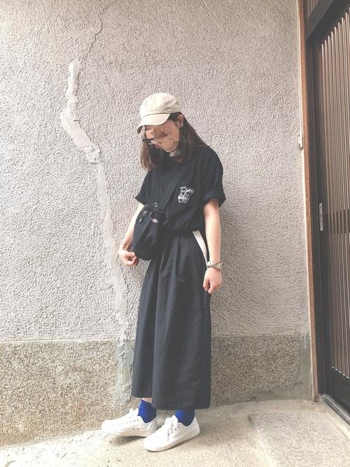 黒のTシャツ×キャップ×スニーカー×GUのガウチョパンツのコーデ