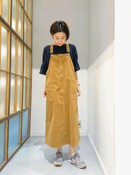 黒のTシャツ×黄色のサロペットスカートの夏のマタニティコーデ
