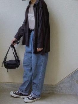 Tシャツ×ワイドデニムパンツ×スニーカー×黒のシャツのレディースのコーデ