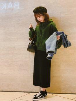 緑のパーカー×黒のタイトスカート