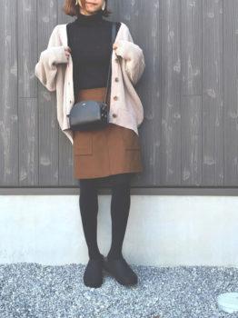 リブニット×茶色のスカート×ベージュのカーディガン