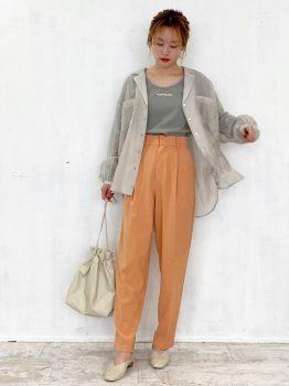 オレンジのパンツ×ブラウス×Tシャツ×パンプス