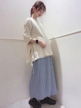 リブニットチュニック×ブルーのロングスカートの春のマタニティコーデ