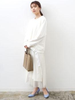 白のチュールスカート×スウェット×パンプス