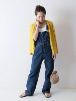 黄色のカーディガン×Tシャツ×サロペット×サンダル