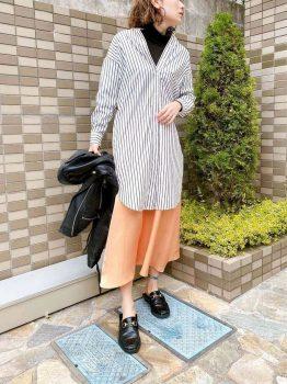 ストライプシャツ×黒のハイネック×オレンジのスカートの春のマタニティコーデ