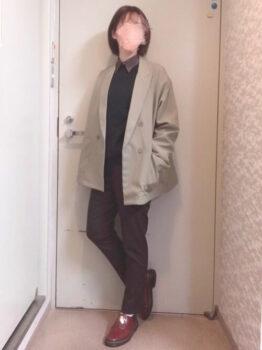 ユニクロのカラーパンツ×スエット×シャツ×テーラードジャケット×革靴