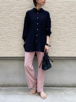 ピンクのパンツ×サンダル×黒のシャツのレディースのコーデ