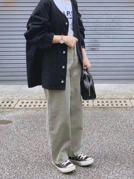 黒のスニーカー×Tシャツ×カバーオール×パンツ