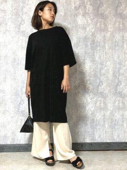 黒のロングTシャツ×白のワイドパンツの夏のマタニティコーデ