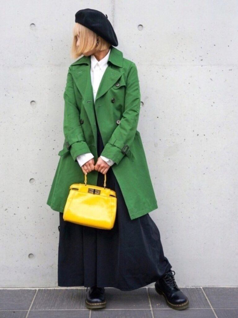 緑のトレンチコート×白シャツ×レースアップブーツ×GUのガウチョパンツのコーデ