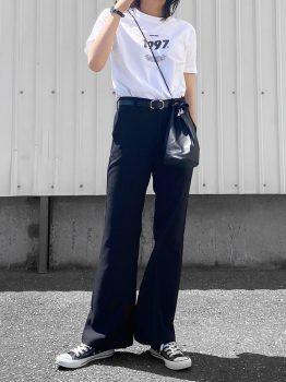 黒のスニーカー×Tシャツ×フレアパンツ