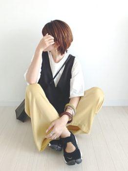 Tシャツ×ニットベスト×サンダルスニーカー