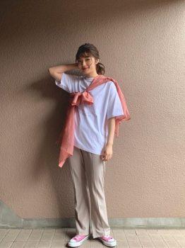 ピンクのスニーカー×Tシャツ×シャツ×パンツ