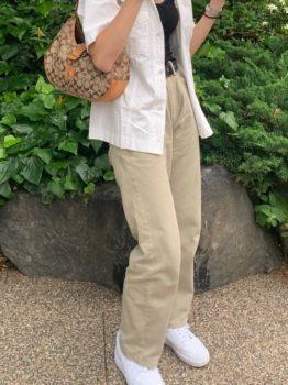 白シャツとチノパンのコーデ!インナーや靴でおしゃれにキメるコツ!