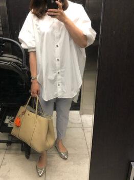ユニクロのカラーパンツ×白のロングシャツ×シルバーのパンプス