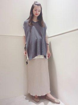 Tシャツ×ニットベスト×プリーツスカートの夏のマタニティコーデ