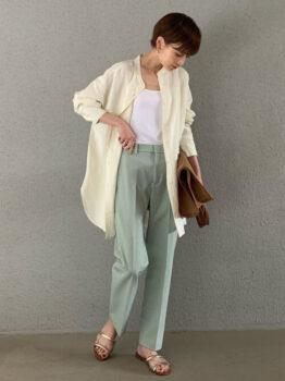ユニクロのカラーパンツ×白のタンクトップ×白のロングシャツ××シルバーのサンダル×ブラウンバッグ