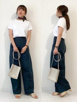 ユニクロのカラーパンツ×白のTシャツ×ベージュのサンダル×ベージュバッグ