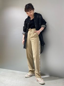 デニムシャツ×Tシャツ×パンツ×スニーカー