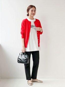 赤のカーディガン×Tシャツ×デニムパンツ×パンプス