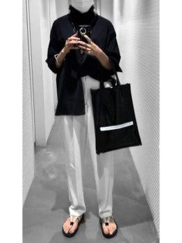 黒シャツ×白のスラックスパンツ×サンダルのレディースのコーデ