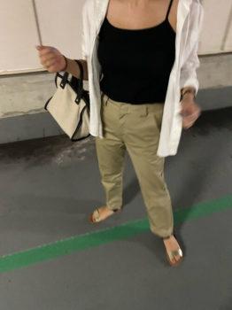 白シャツとチノパンのコーデの時のインナーや靴は?