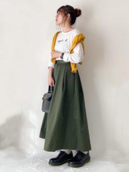 黄色のカーディガン×Tシャツ×スカート×ブーツ