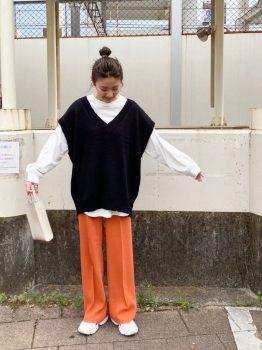 オレンジのパンツ×Tシャツ×ニット×スニーカー