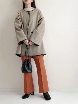 オレンジのパンツ×Tシャツ×コート×ブーツ