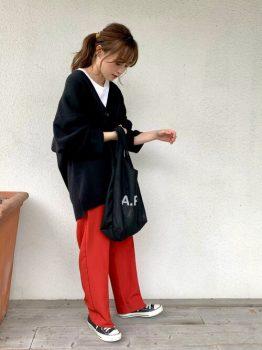 白のカットソー×黒のカーディガン×スニーカー×赤パンツのコーデ