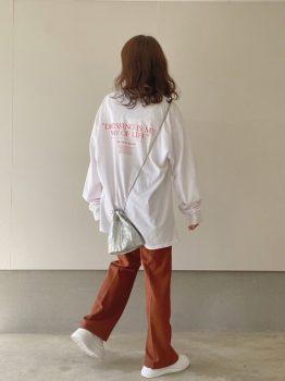 オレンジのパンツ×Tシャツ×スニーカー