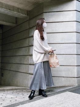 白のニット×レザーブーツ×グレーのフレアスカート