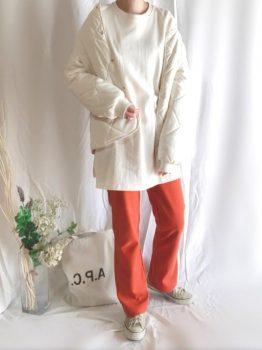 オレンジのパンツ×Tシャツ×コート×スニーカー